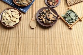 Médecine traditionnelle chinoise sur le bureau de bambou