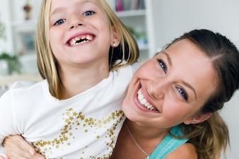 Mère et fille souriante
