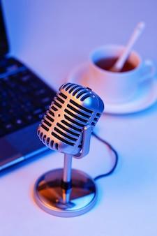 Microphone rétro et ordinateur portable, webcast en direct sur le concept de l'air