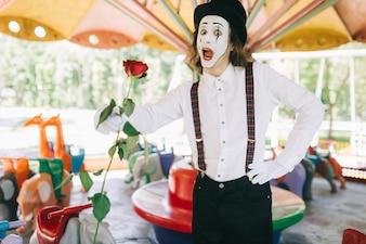 Mime tenant une rose dans un carrousel