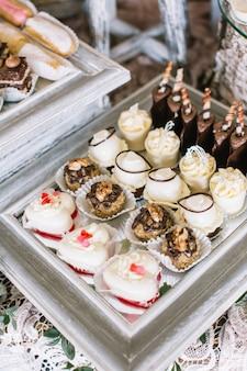 Miroir en cadre blanc et délicieux bonbons dessus