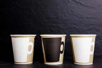 Mockup de trois cafés pour aller tasses