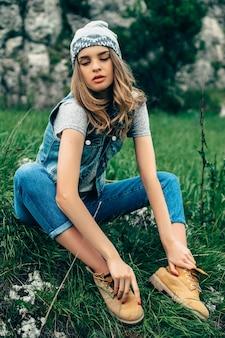 Mode portrait en studio de jolie femme blonde hipster jeune avec lumineux maquillage sexy, portant élégant t-shirt urbain et un chapeau,