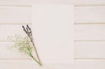 Modèle de mariage avec des bouquets de fleurs