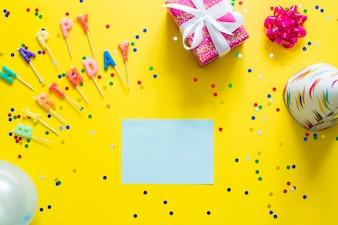 Mots de papier et de joyeux anniversaire