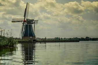 Moulin à vent au bord du lac