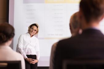 Moyen-âge Femme Expert Parler à l'audience