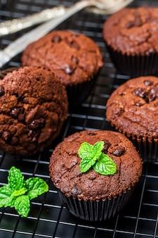 Muffin au chocolat avec menthe sur une table en bois