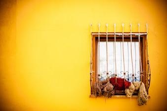 Mur jaune avec une fenêtre