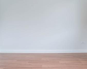 Mur vide avec un plancher en bois ci-dessous