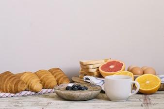 Mush et pâtisserie pour le petit-déjeuner