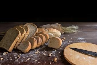 Nature morte avec pain et blé sur table en bois