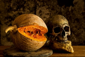Nature morte Crâne et citrouille sur la table. Un symbole de l'Halloween