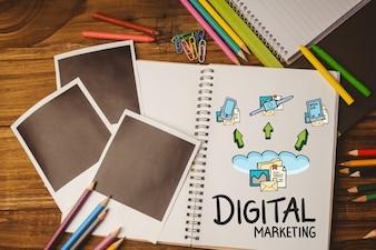 """Notebook avec les mots """"marketing numérique"""" et des photos en noir"""