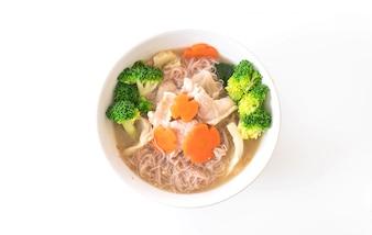 Nouilles de style thaïlandais frites en sauce sauce avec du porc mariné et du brocoli chinois