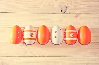 Oeufs de Pâques sur fond en bois.