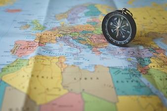 Ompass sur la carte touristique. Focus sur l'aiguille de la boussole