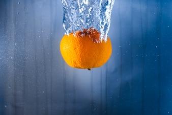Orange jeté dans l'eau