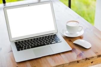 Ordinateur portable avec une tasse de café à côté