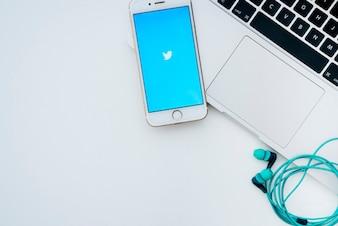 Ordinateur portable, téléphone, écouteurs et twitter