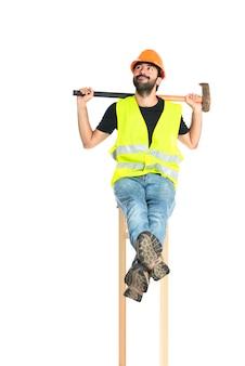 Ouvrier avec hache sur fond blanc