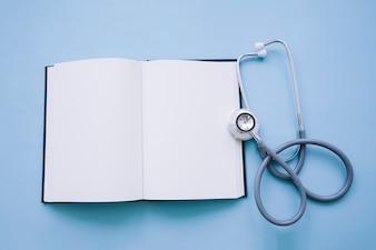 Ouvrir un cahier avec un stéthoscope