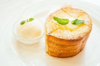 Pain toast au beurre sur le dessus et glace