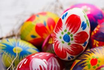 Painted easter egg avec fond flou
