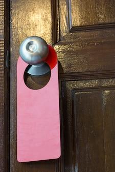 Panneau blanc accroché à la porte