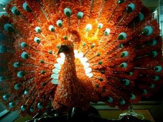 Paon statue de corail derrière le verre