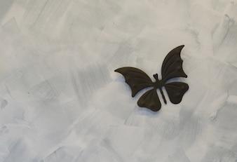 Papillon de fer sur fond de ciment