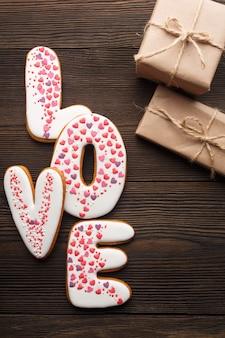 """Parole """"amour"""" avec des cadeaux bruns"""