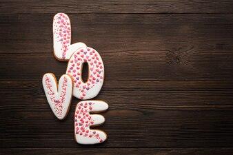 """Parole """"amour"""" sur une table en bois"""