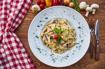 Pâtes italiennes délicieuses aux champignons