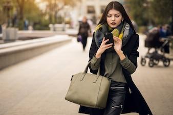 Pc étudiant heureux shopping gens en plein air