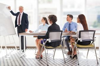 Personnes d'âge mûr bureau des employés de l'entreprise