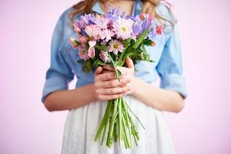 Pétales de rose jeunes iris gros plan