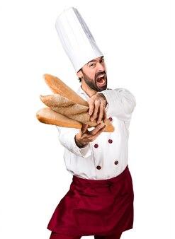 Petit boulanger frustré tenant du pain