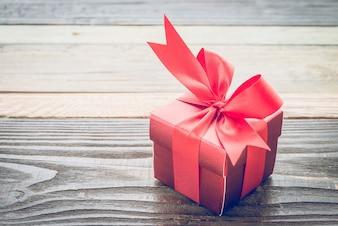 Petit cadeau rouge sur une table en bois