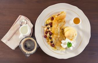 Petit-déjeuner avec des crêpes et du pain vue de dessus