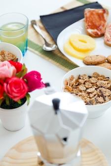 Petit-déjeuner continental avec croissants, jus d'orange et café.