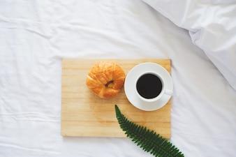 Petit déjeuner en lit et fenêtre.