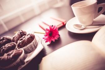 Petit-déjeuner et fleur rose