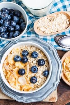 Petit-déjeuner sain avec les bleuets et les céréales