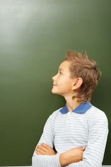 Petit garçon regardant au tableau noir
