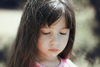 Petite fille avec le visage triste