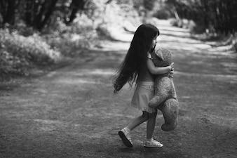 Petite fille avec un ours en peluche