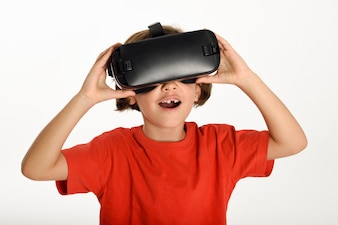 Petite fille regardant des lunettes VR et gesticulant avec ses mains.