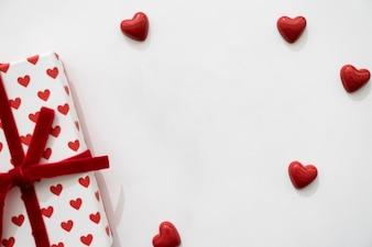 Petits coeurs et boîte cadeau