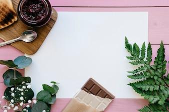 Petits déjeuners avec des plantes et un modèle